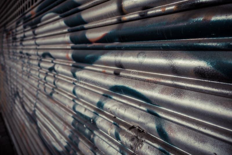 Дверь гаража завальцовки металла стоковое фото
