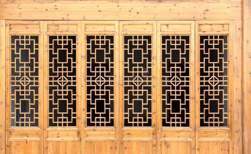Дверь деревянной рамки крупного плана китайская старая с декоративной картиной под солнечностью стоковая фотография