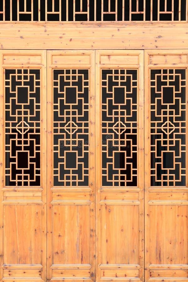 Дверь деревянной рамки крупного плана китайская старая с декоративной картиной под солнечностью стоковые изображения rf