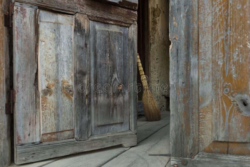 Дверь и веник стоковые фото