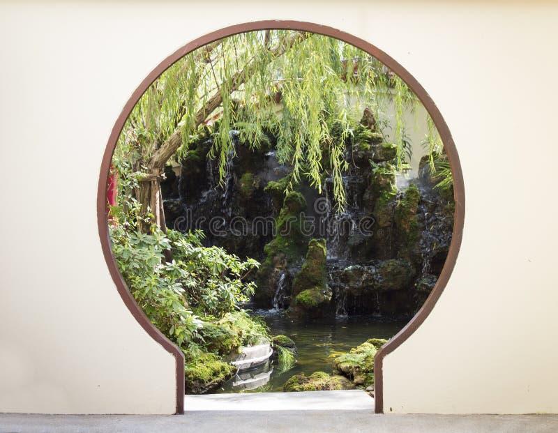Дверь идет к природе, китайскому виску стоковое фото
