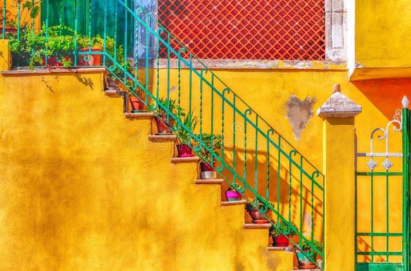 дверь и лестницы на желтой стене стоковые изображения rf