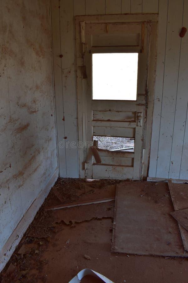 Дверь и стены покинутого дома стоковые фотографии rf
