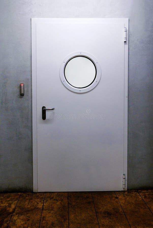 Дверь корабля с иллюминатором стоковые фотографии rf