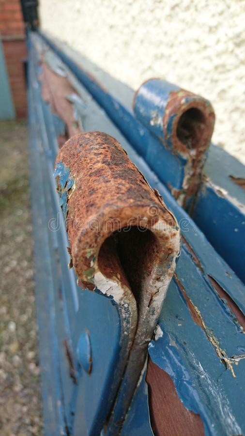 Дверь краски шелушения строба ржавого шарнира голубая стоковое фото