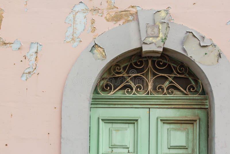 Дверь краски шелушения стоковое изображение
