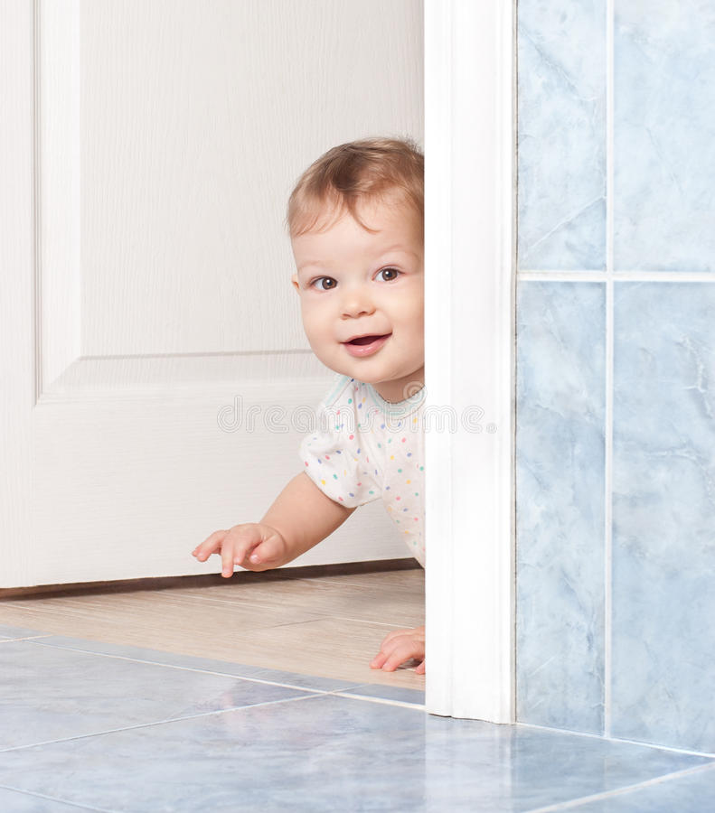 дверь младенца вползая милая стоковая фотография rf