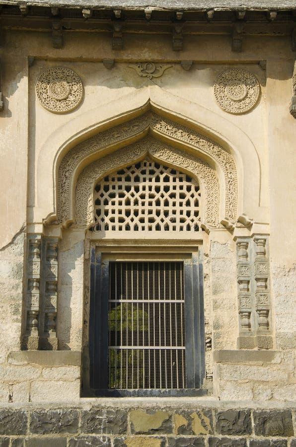 Дверь одной из усыпальницы расположенной в комплексе Gumbaz Haft, Gulbarga, Karnataka стоковые фото