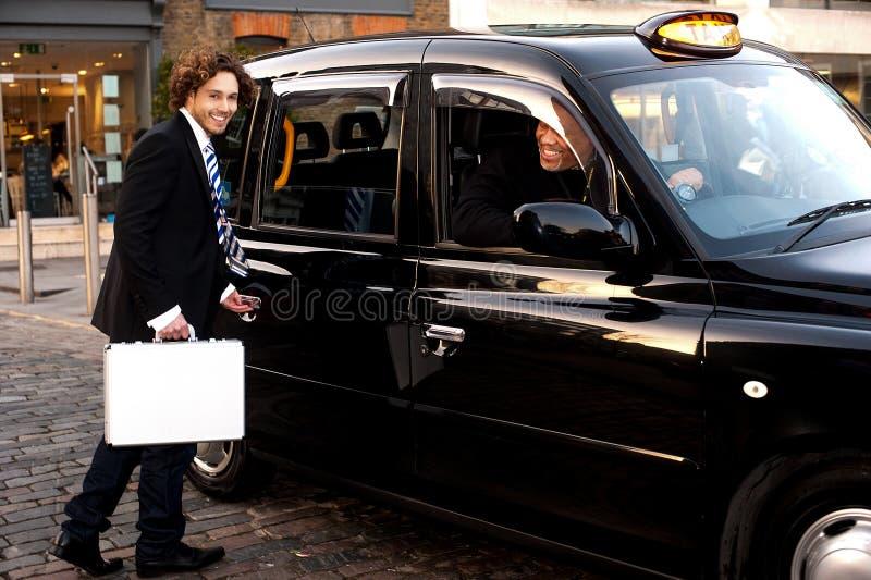 Дверь отверстия человека такси стоковое фото