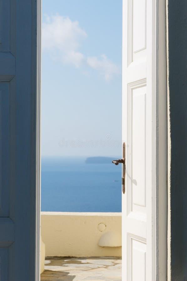 Дверь открытая к морю стоковая фотография