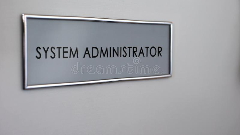 Дверь офиса системного администратора, посещение к компьютерному специалисту, сетевому менеджеру иллюстрация вектора