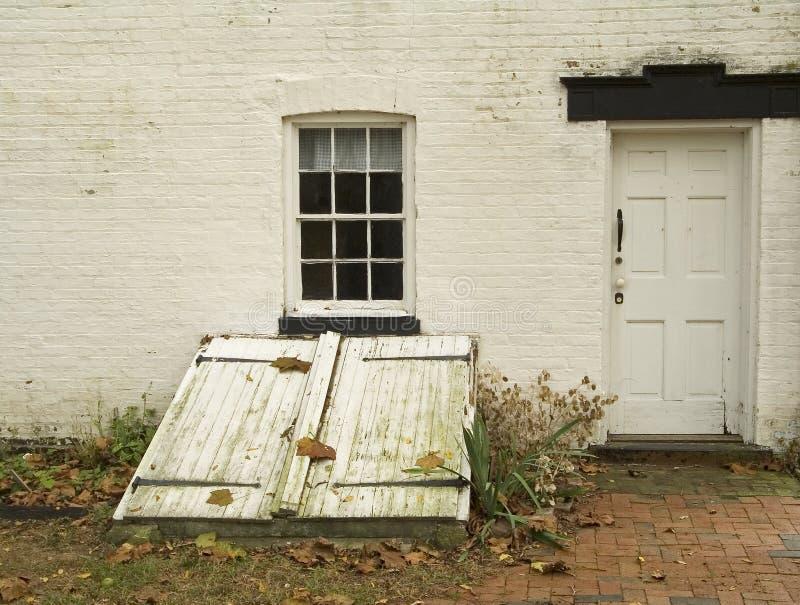 дверь погреба стоковые изображения