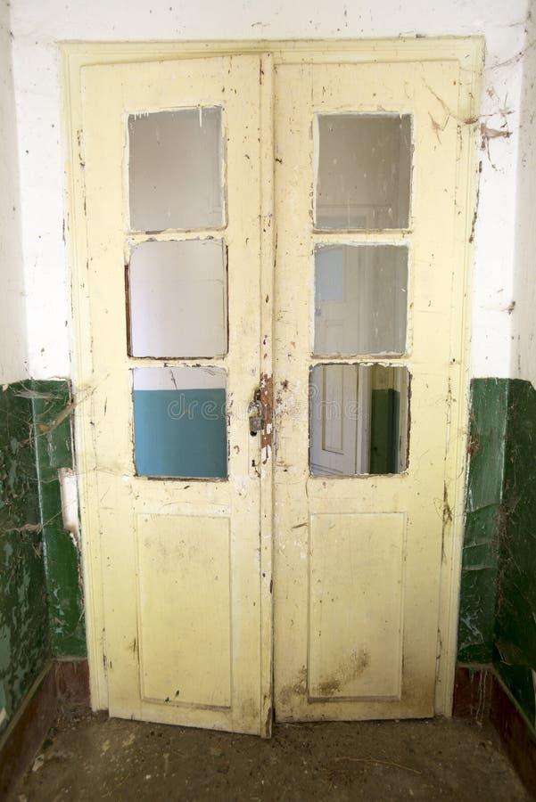 Дверь покинутой школы стоковая фотография