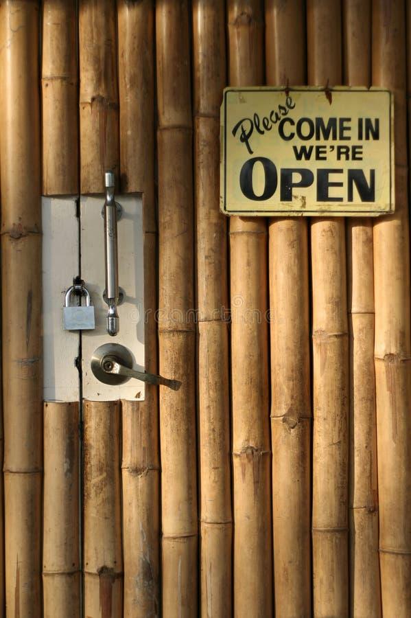 дверь предпосылки bamboo закрытая открытая стоковое фото