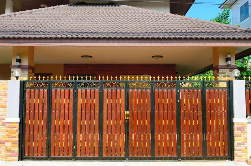 Download Дверь древесины коричневого цвета дома Стоковое Изображение - изображение насчитывающей строб, конструкция: 41658907