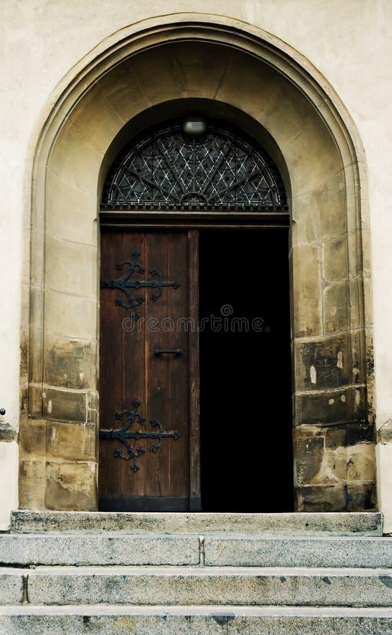 дверь старая раскрывает стоковые изображения rf