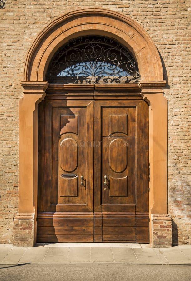 Дверь старого дома деревянная в Ферраре, Италии стоковые фотографии rf