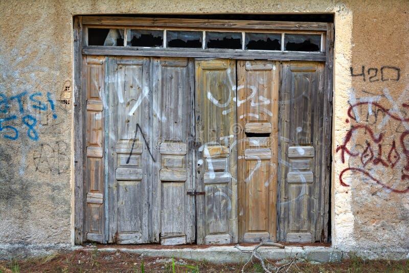 Дверь старого склада деревянная стоковое изображение