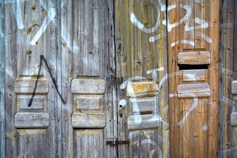 Дверь старого склада деревянная стоковая фотография