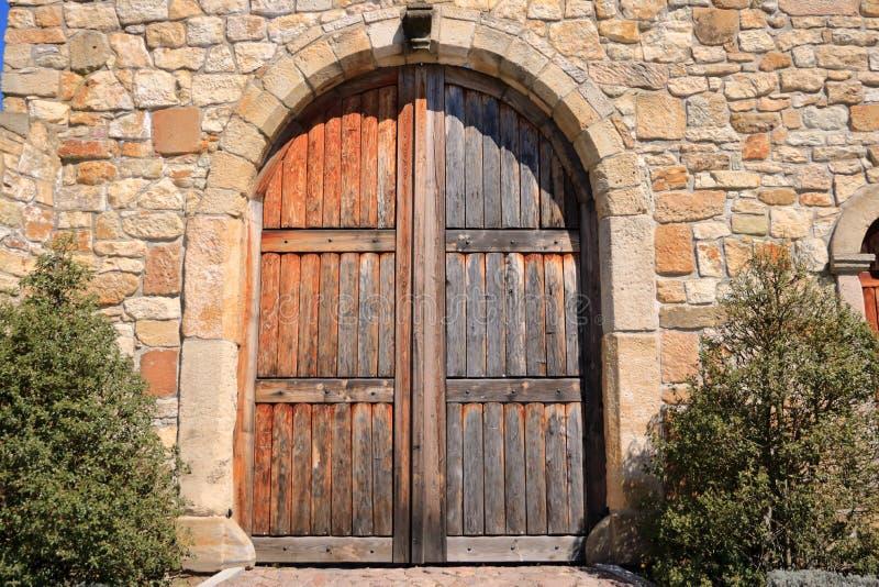 Дверь старой сельской местности Grunge деревянные и стена песчаника стоковое фото