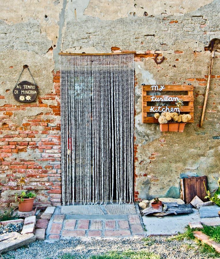 Дверь старой фермы при старые инструменты используемые в последние годы в ag стоковое фото