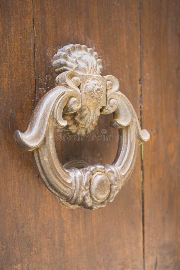 Дверь с knocker металла стоковая фотография rf