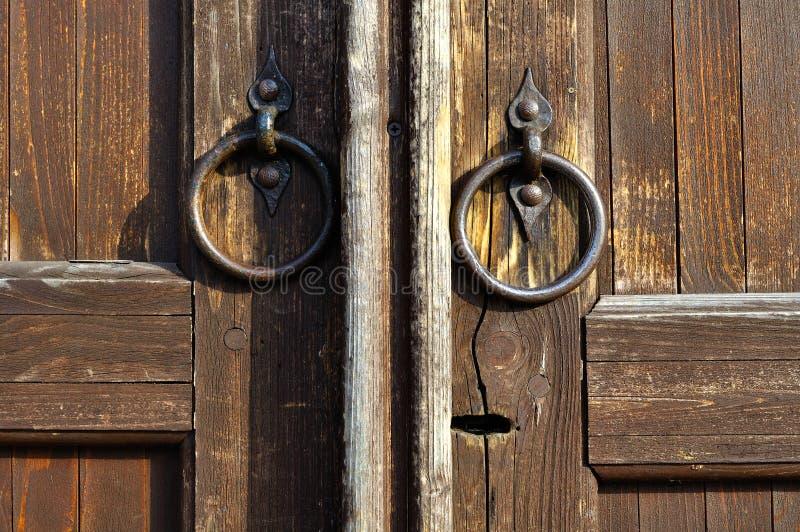 Дверь с shebby ручками двери металла - винтажная детальная предпосылка Брайна деревянная стоковые фотографии rf