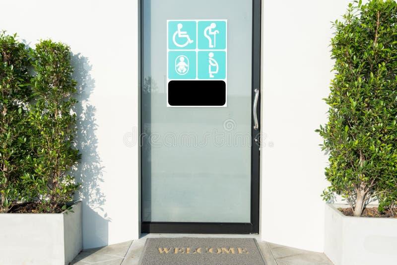 Дверь туалета с знаком люди с ограниченными возможностями, пожилых людей, беременного woma стоковая фотография rf