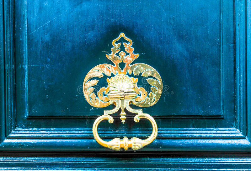 Дверь французского входа здания красивая деревянная в Париже стоковое фото