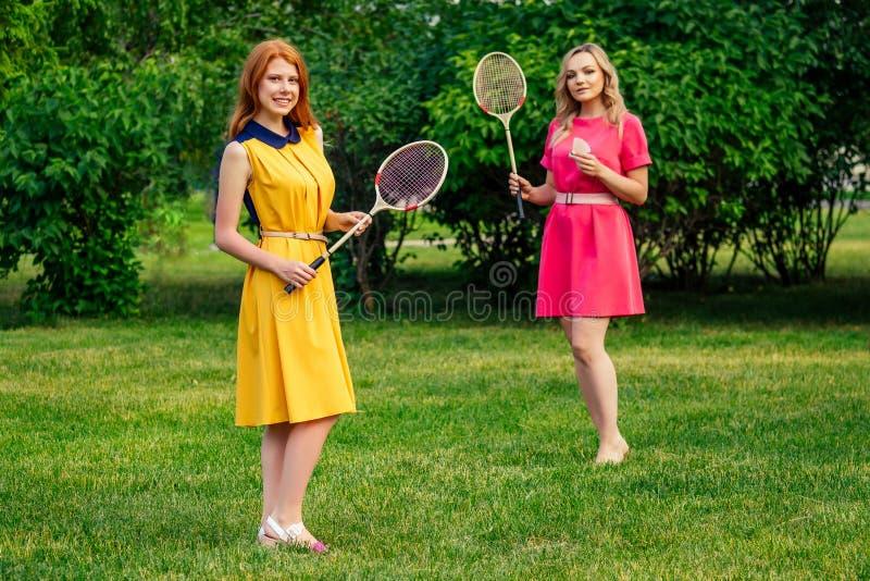 две активные радостные девушки красивые молодые рыжие рыжие рыжие женщины в желтом платье и европе блондинка стоковые фотографии rf