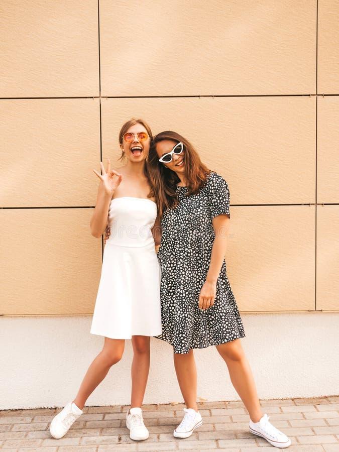 Две девушки в модной летней одежде, улыбающиеся хипстеры стоковые фотографии rf