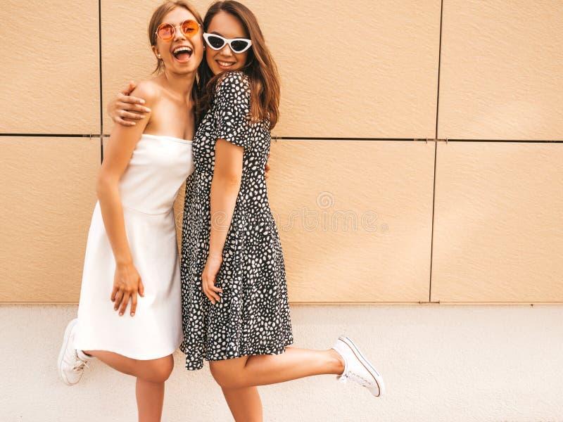 Две девушки в модной летней одежде, улыбающиеся хипстеры стоковое фото rf