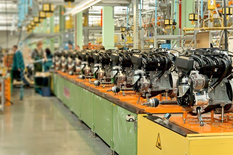Двигатели автомобиля на сборочном конвейере фабрики стоковые фотографии rf