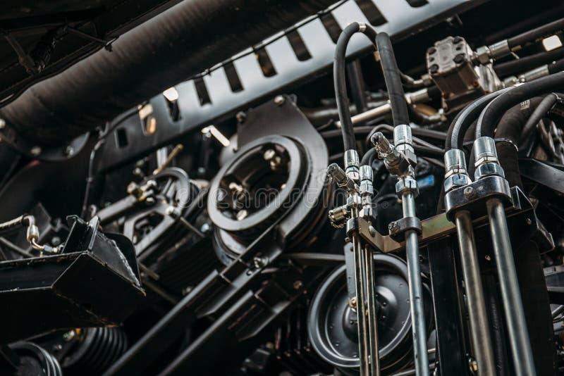 Двигатель жатки, цепи шестерни, передача механизмов нового современного корабля зернокомбайна технологии стоковое фото