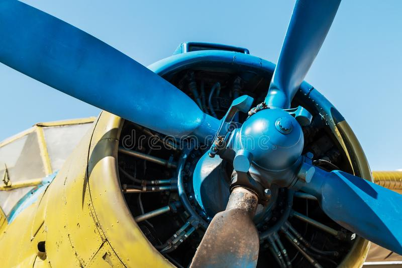 Двигатель, фюзеляж и пропеллер самолета стоковые фото