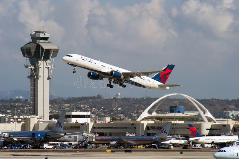 Двигатель Delta Airlines принимая  стоковое изображение rf