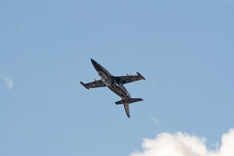 Двигатель L-39 демонстрирует перевернутый полет стоковая фотография