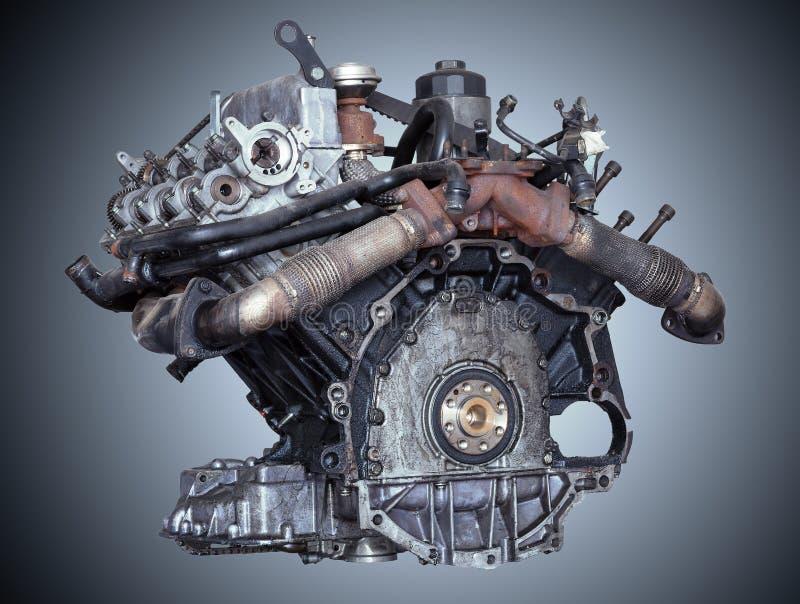 Двигатель автомобиля на серой предпосылке стоковая фотография