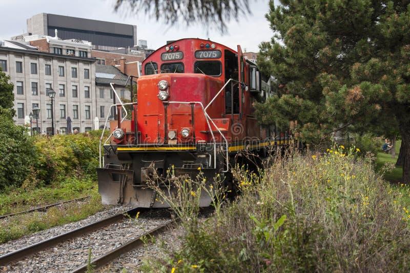 Двигатель поезда причаливая на железной дороге стоковые фотографии rf