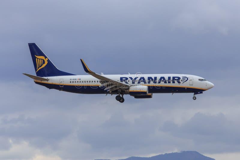 Двигатель Ryanair причаливая для того чтобы приземлиться стоковые фотографии rf