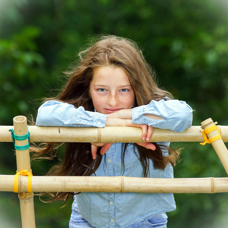 Двигать в зрелость портрет девушки напольный подростковый стоковые фото