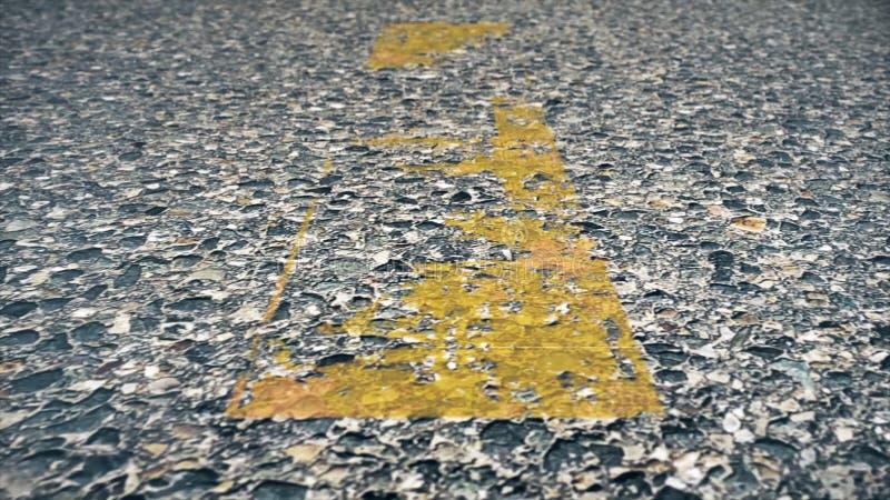 Двигать дальше дорогу сердитой Идущие желтые маркировки майны стоковое изображение