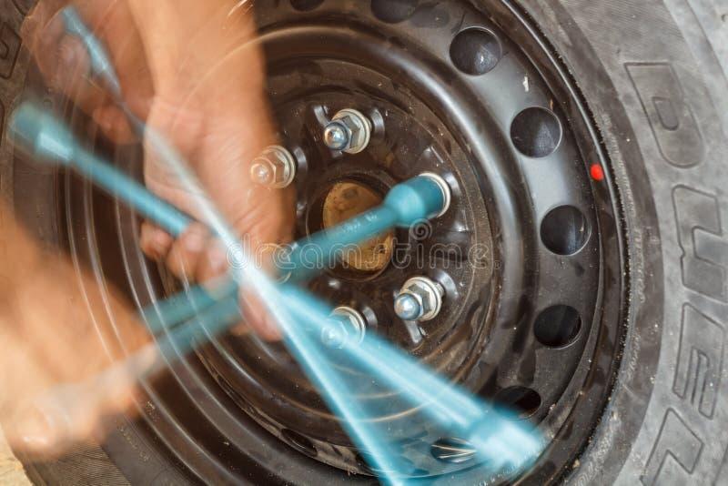 Двигать изменяя автошины с ключем колеса стоковая фотография rf