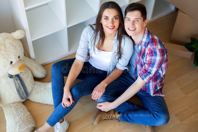 Двигать к новой квартире Счастливые пары и картонная коробка семьи стоковая фотография rf