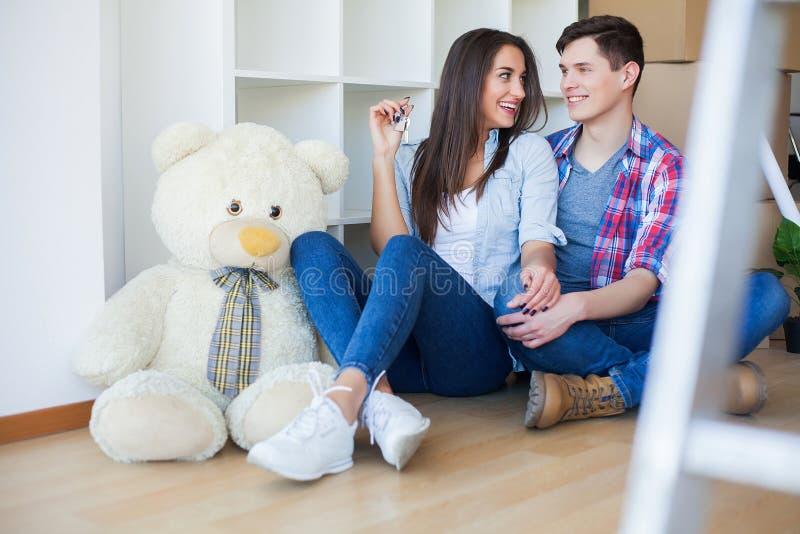 Двигать к новой квартире Счастливые пары и картонная коробка семьи стоковые фото