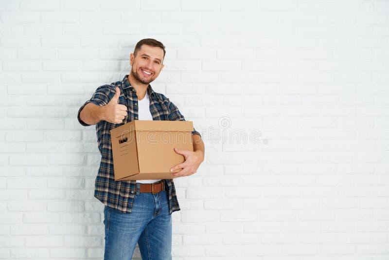Двигать к новой квартире счастливый человек с картонными коробками стоковое фото rf