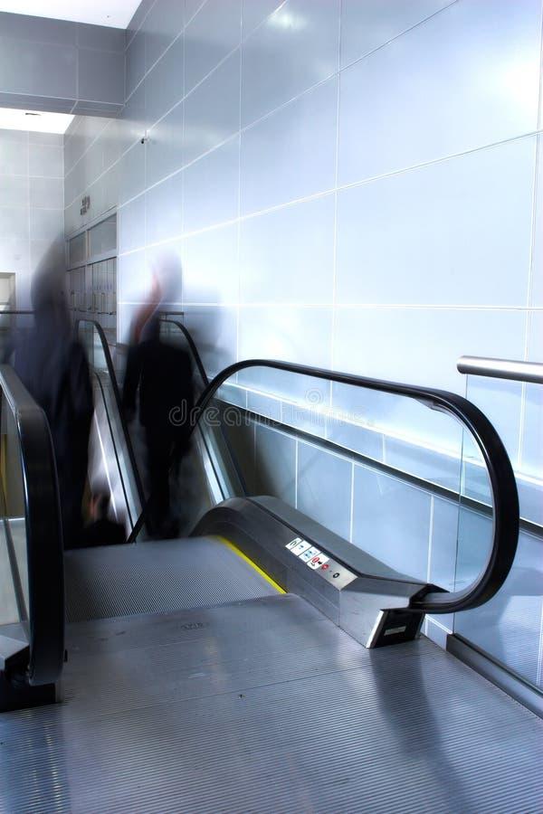 двигать эскалатора толпы стоковые изображения rf