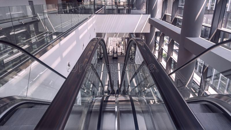 Двигая эскалатор в интерьере офисного здания стоковое фото