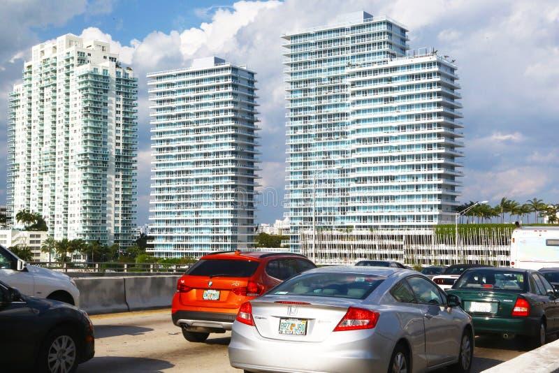 Движение автомобилей идя к Miami Beach стоковые изображения
