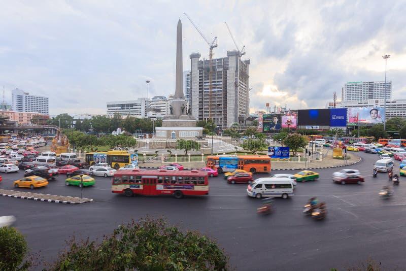 Движение Бангкока на памятнике победы стоковое фото
